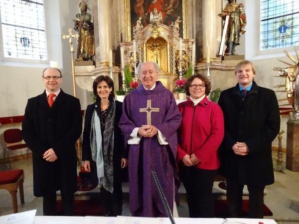 Fünf Personen lächeln, in der Kirche, in die Kamera