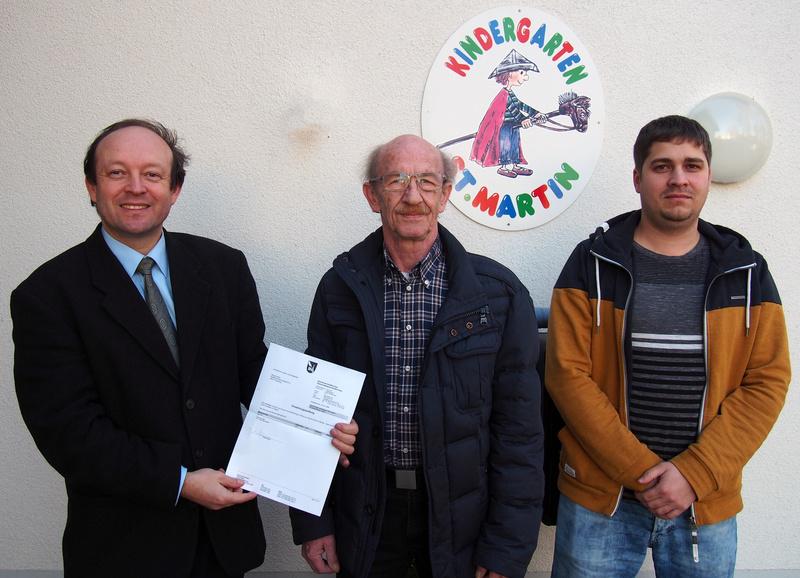 Georg Huber (Mitte) spendet 500 Euro für die Straßkirchner Gemeindekindergärten: links Bürgermeister Christian Hirtreiter, rechts Sachbearbeiter Gerald Riedl