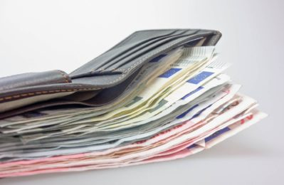 Verschiedene Scheine in einer Geldbörse