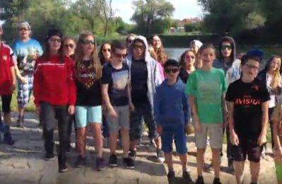 Kinder stehen vor der Donau